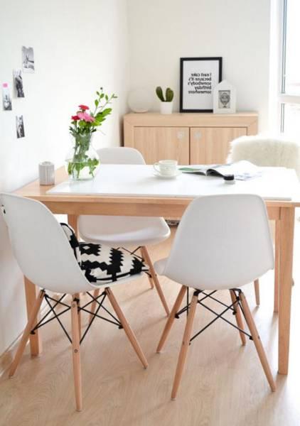 chaise scandinave grise avec coussin
